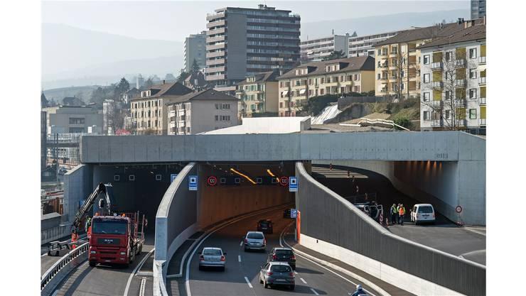 In Serriere am Neuenburgersee wurde für eine Autobahnumfahrung ein Tunnel erstellt. Andernorts soll über die Autobahn ein Tunnel mit Häusern gebaut werden.