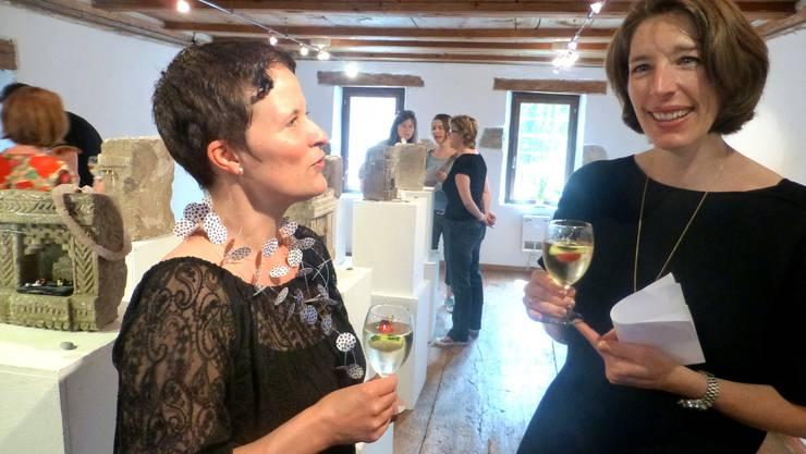Mirjam Hauri (rechts) im Gespräch mit Nicole Rebholz Ingold, Co-Präsidentin des Museums Attiswil.