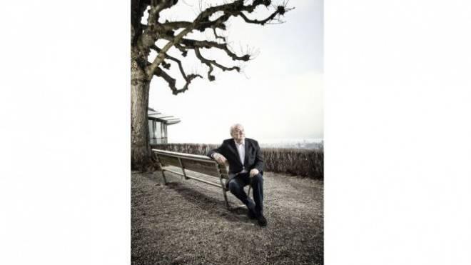 Seinen letzten Tag als Fifa-Präsident verbrachte Sepp Blatter in seiner Wohnung, gestern genoss er an seinem ersten Tag im Ruhestand den herrlichen Sonnenschein beim Restaurant Sonnenberg, hoch über dem Zürichsee. Foto: Tanja Demarmels