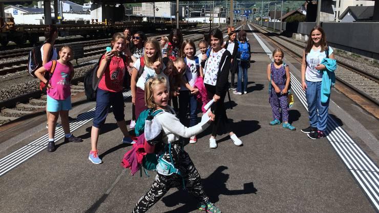 Kinder- und Jugendchor Trimbach nach einem erlebnisreichen Tag auf der Heimreise nach Olten