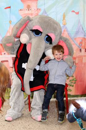 Die Kinder mögen den kuscheligen Elefanten