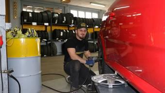 Im Pneuhaus Frank in Hornussen bereift das Team um Roman Oechslin bis zu 60 Autos pro Tag. Dennis Kalt