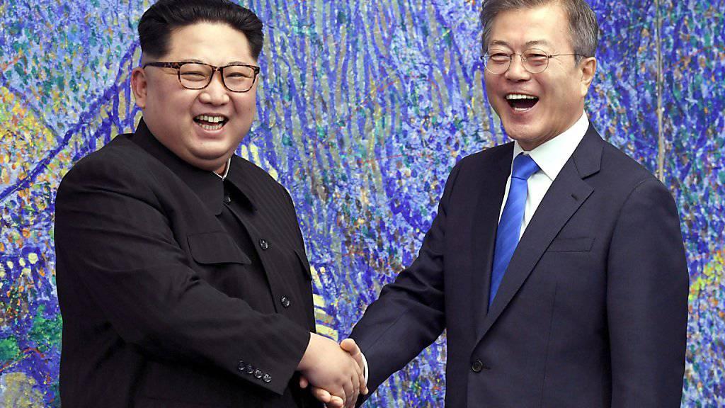 Südkoreas Präsident Moon Jae-In (rechts) hat erneut eine Delegation nach Nordkorea entsandt, um ein weiteres Gipfeltreffen mit dem nordkoreanischen Diktator Kim Jong Un (links) vorzubereiten. (Archivbild)