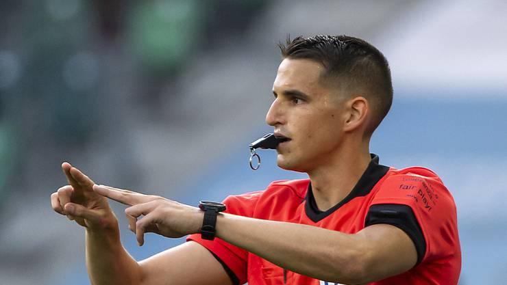Schiedsrichter Lionel Tschudi macht das VAR-Zeichen