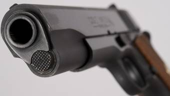 Mit einer Pistole bedrohte der Maskierte die Kiosk-Angestellte. (Symbolbild)