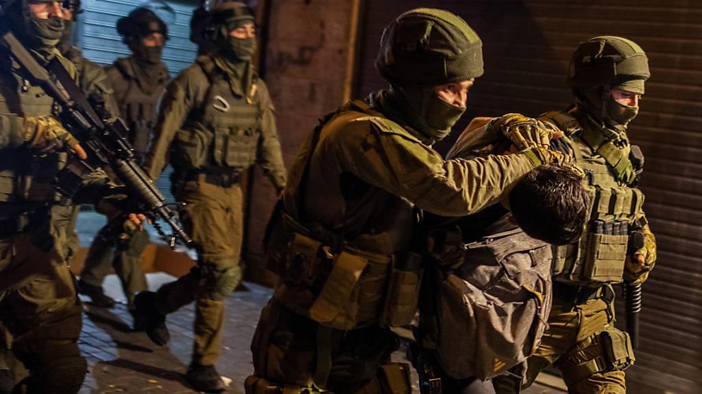 Israelische Sicherheitskräfte verhaften einen Mann während einer Demonstration gegen den geplanten Räumungsprozess im Stadtteil Scheich Dscharrah. Foto: Ilia Yefimovich/dpa