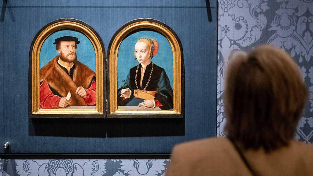 Bei einer Pressekonferenz steht eine Frau vor den Gemälden des Kölner Malers Bartholomäus Bruynder mit Porträts von Jakob Omphalius und Elisabeth Bellinghausen im Museum Mauritshuis. Nach fast 125 Jahren sind die gemalten Porträts eines Kölner Brautpaares aus dem 16. Jahrhundert wieder vereint. Foto: Sem Van Der Wal/ANP/dpa - ACHTUNG: Nur zur redaktionellen Verwendung im Zusammenhang mit der aktuellen Berichterstattung über den Erwerb des Gemäldes und nur mit vollständiger Nennung des vorstehenden Credits