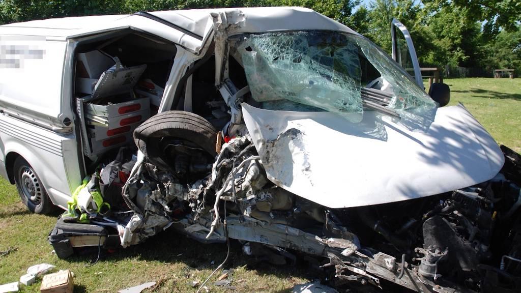 Unfall auf Rastplatz in Oberbipp: Lieferwagen kollidiert mit Baum