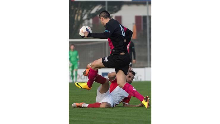 Adrian Fleury (unten) versucht den Zuger Edin Hasanovic zu stoppen.