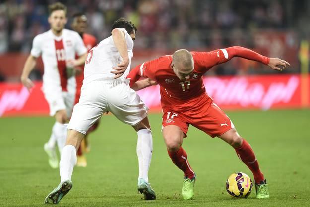 Kasami kämpft mit Jodlowiec um den Ball.