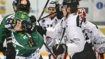 In der letzten Saison noch Gegner, jetzt Teamkollegen: Leif Fogstad Vold (r.) bearbeitet EHCO-Verteidiger Anthony Rouiller. FRESHFOCUS