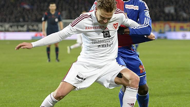 Der Vaduzer Nick von Niederhaeusern, vorne, im Kampf um den Ball gegen den Basler Breel Embolo.