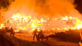 Mitten in der Nacht bricht auf einem Bauernhof in Frauenfeld ein Feuer aus. Der Stall steht in Vollbrand und brennt komplett nieder. Personen wurden keine verletzt. Die Tiere konnten in Sicherheit gebracht werden.