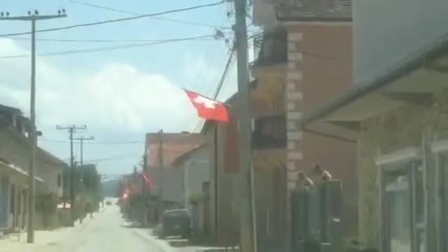 Schweizer Flaggen in Shaqiris Heimatdorf im Kosovo