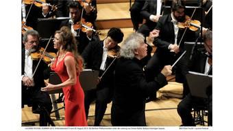 Sopran Barbara Hannigan und Dirigent Simon Rattle im Rund der famosen Berliner Philharmoniker.Peter Fischli