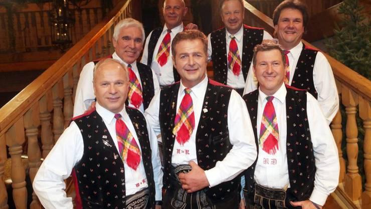 Die volkstümliche Schlagerband Kastelruther Spatzen ist in den nächsten Wochen mit einem anderen Sänger unterwegs. Frontmann Norbert Rier (Mitte) muss sich von einer Herzoperation erholen. (Archivbild)