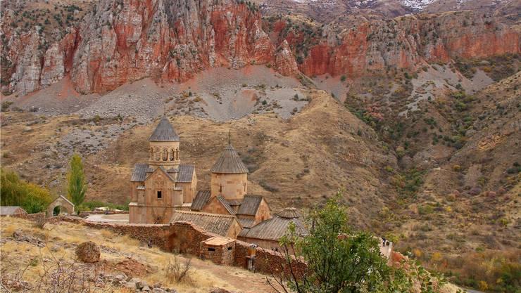 Das malerische Kloster Norawank liegt gut versteckt hinter roten Felsen. Es steht dort seit dem 13. Jahrhundert.