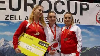 Mia Kadoic (l.) sichert sich in Zell den ersten Platz und somit auch die Siegerprämie.