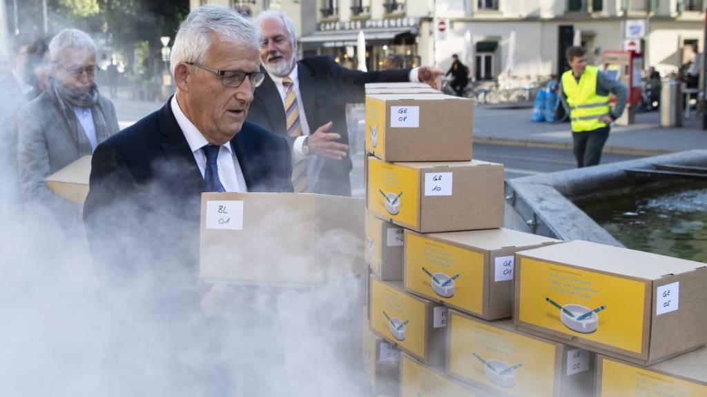 """Die Initiative gegen Tabakwerbung ist formell zustande gekommen. """"Wir wollen nicht, dass Kinder und Jugendliche mit dieser Werbung belastet werden"""", hatte Hans Stöckli, Präsident des Initiativ-Vereins, beim Einreichen der Unterschriften unter qualmendem Rauch gesagt. (Archivbild)"""