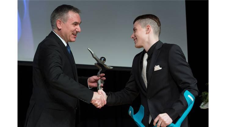 Alex Hürzeler übergibt Lucas Fischer den Pokal.
