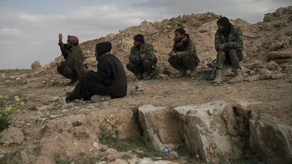 Kämpfer der Syrisch Demokratischen Kräfte an einem Hügel bei der Ortschaft Baghus. Sie versuchen, die letzte Bastion der Dschihadistenmiliz Islamischer Staat (IS) zu erobern.