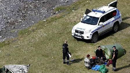 Die Polizisten stellen die beiden Schweizer.