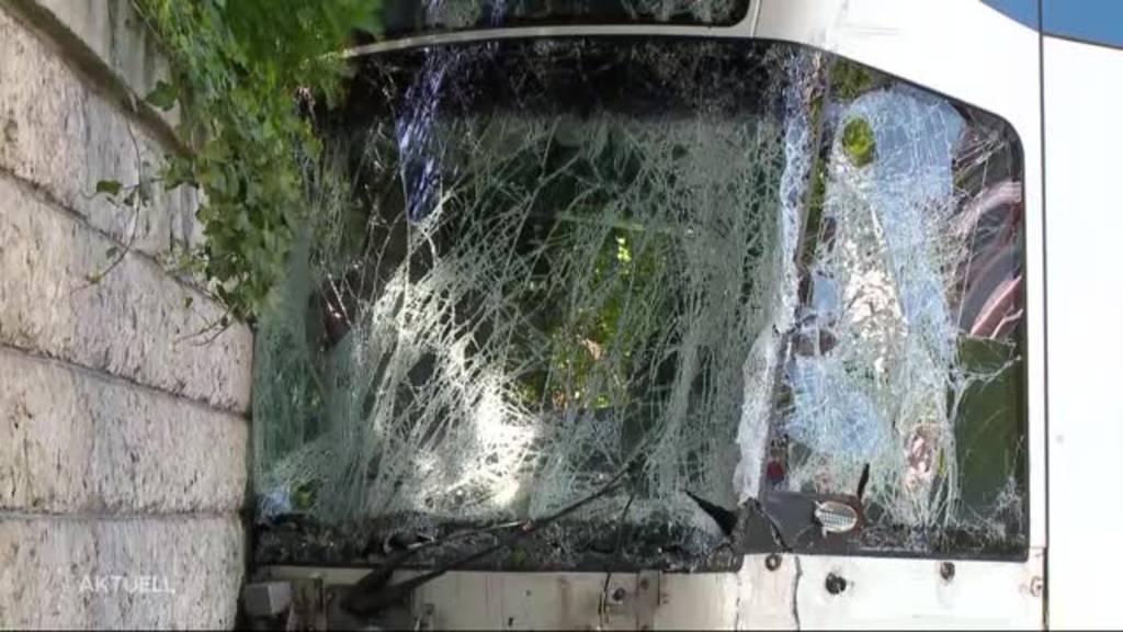 Mehrere Verletzte: LKW prallt in Tram in Zürich