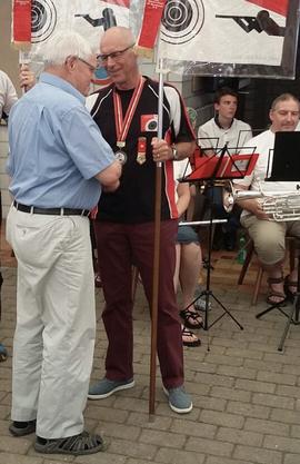 Emil Lämmle, Präsident Veteranen Gäu, gratuliert Kurt Kehl zum Schützenkönig