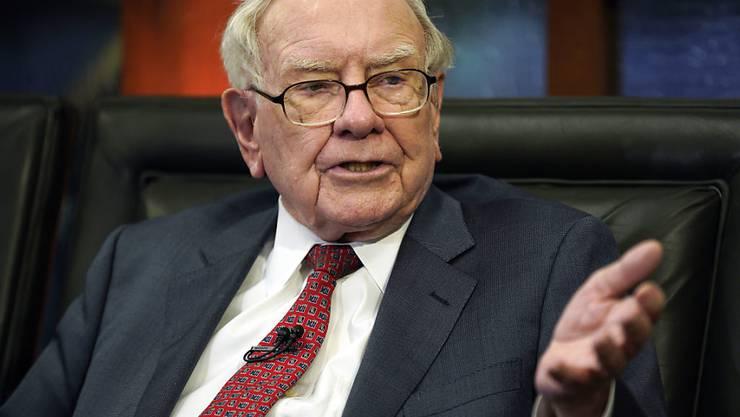 Der legendäre Investor Warren Buffett wendet sich von Banken-Aktien ab und kauft sich bei einer Supermarktkette ein. (Archivbild)