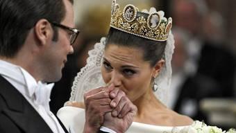 ARCHIV - Die Braut, die schwedische Kronprinzessin Victoria, küsst die Hand ihres Bräutigams, Daniel Westling, während der Hochzeitszeremonie in der Storkyrkan-Kathedrale. Foto: Janerik Henriksson/SCANPIX SWEDEN/dpa