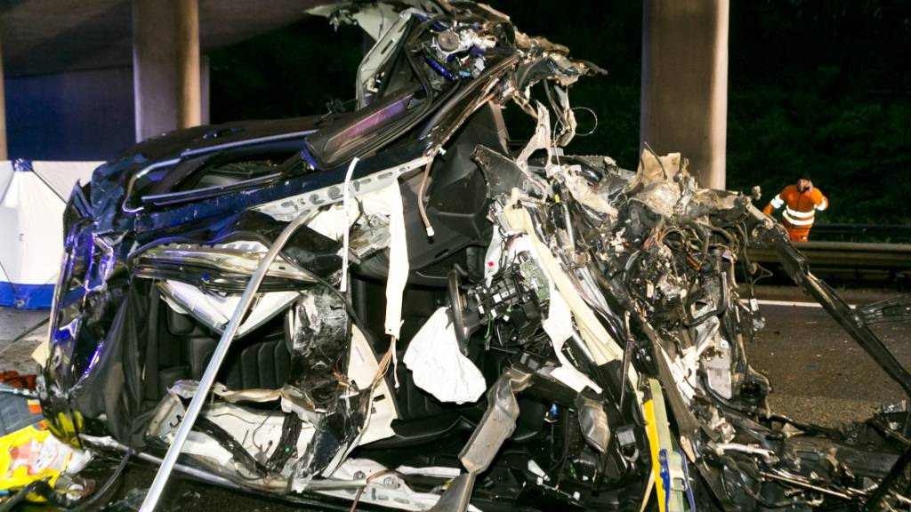 Das Auto wurde bei dem Unfall bei Koblach (Ö) komplett zerstört: Zwei Insassen starben. Eine Beifahrerin konnte lebend geborgen werden. Sie erlitt Rippenbrüche und einen Schock.