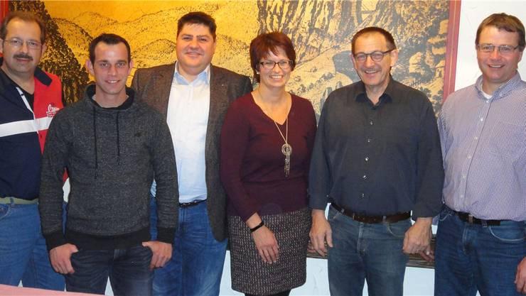 Gemeindepräsident Edgar Kupper (ganz rechts) ehrte und verabschiedete (v.l.) Peter Wäfler, Matthias Goetschi, Peter Dietschi, Karin Büttler-Spielmann und Peter Bader. Auf dem Bild fehlt Kurt Koch.