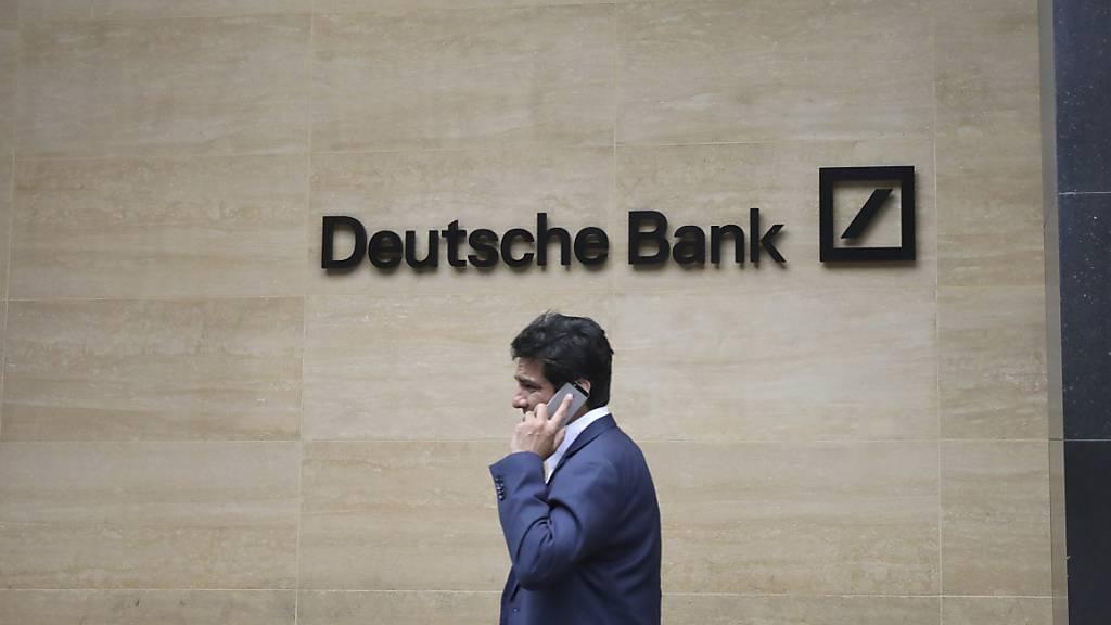 Dank Zuwächsen im Investmentbanking ist die Deutsche Bank im dritten Quartal in die Gewinnzone zurückgekehrt. Vor Steuern verdiente das grösste deutsche Geldhaus 482 Millionen Euro. (Archivbild)