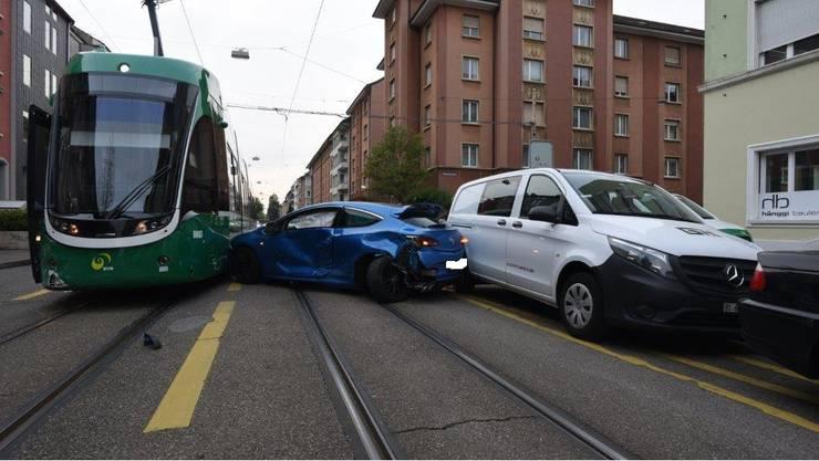 Die Autofahrerin übersah beim Einparkieren das Tram.