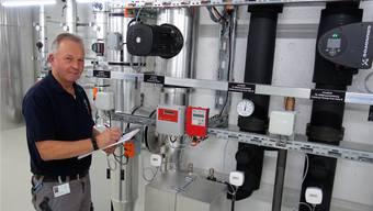 Martin Nietlisbach in der Technikzentrale für Heizung und Kühlung: 37 Erdwärmesonden liefern erneuerbare Energie für das Spital Muri.