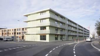 Der lange Neubau an der Obergerlafingenstrasse,  in der Nähe des Dorfzentrums, hat im Parterre etliche neue  Dienstleistungs- und Gewerbeflächen.