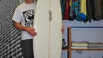 Kreativ: Sven Gwerder, Mitinhaber des Skate- und Snowboardshops Blindalley in Wohlen, bietet im Sommer Surfbretter an.