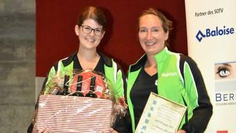 Verein des Jahres: Die Vertreterinnen des STV Aeschi, Corina Kohler (links) und Melanie Hirt, freuen sich über die Auszeichnung.