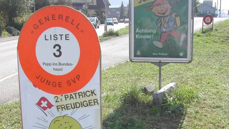 Dieses Wahlplakat aus dem Jahr 2003 ist leicht mit einem Verkehrssignal zu verwechseln und hätte deshalb laut Hans Wüthrich von der Kantonspolizei Bern gar nicht aufgestellt werden dürfen.  Archiv