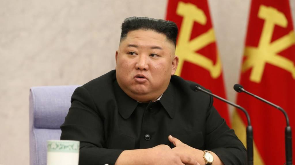 HANDOUT - Dieses von der staatlichen nordkoreanischen Nachrichtenagentur KCNA am 11.02.2021 zur Verfügung gestellte Foto zeigt Kim Jong Un, Machthaber von Nordkorea, während der Generalversammlung des Zentralkomitees der Partei der Arbeit Koreas. ACHTUNG: Das Foto wurde von der staatlichen nordkoreanischen Nachrichtenagentur KCNA zur Verfügung gestellt. Sein Inhalt kann nicht eindeutig verifiziert werden. Foto: -/KCNA/dpa - ACHTUNG: Nur zur redaktionellen Verwendung im Zusammenhang mit der aktuellen Berichterstattung und nur mit vollständiger Nennung des vorstehenden Credits