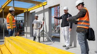 Hygienekontrolle auf einer Baustelle im Kanton Aargau: Zwei Bauarbeiter werden von Kontrolleuren befragt.