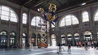 Der Schutzengel von Niki de Saint Phalle im Zürcher Hauptbahnhof wird gründlich gereinigt.