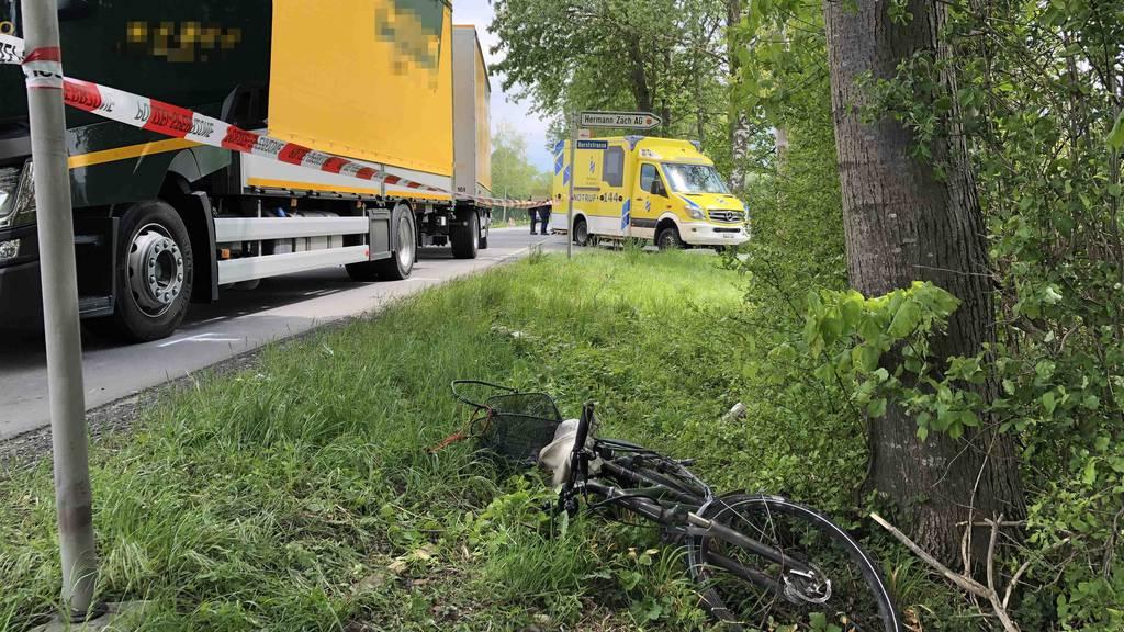 Von einem Lastwagen erfasst: Der E-Bike-Fahrer verstarb noch auf der Unfallstelle.