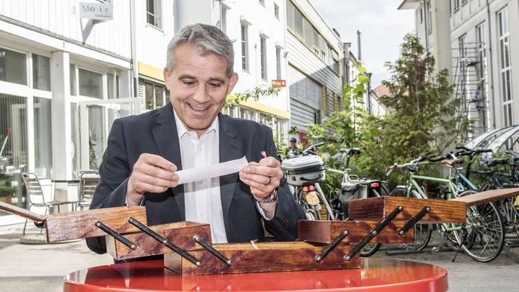 «Oha!» Im Nähkästchen der Schweiz am Wochenende befinden sich Lose mit verschiedenen Begriffen. Beat Jans hat «Hitze» herausgefischt.