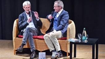 Max Göldi (links) wird von Moderator Frank Baumann zu seinen Erlebnissen in Libyen befragt.