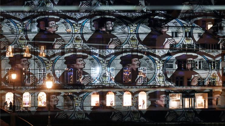 Mit der Lichtinstallation «Schattenwurf Zwingli» des Lichtkünstlers Gerry Hofstetter wurdein Zürich diese Woche das Jubiläumsjahr der Reformation eingeläutet.