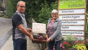 Ueli und Marianne Geier mit dem Korb voller Fuchs-Fundsachen.