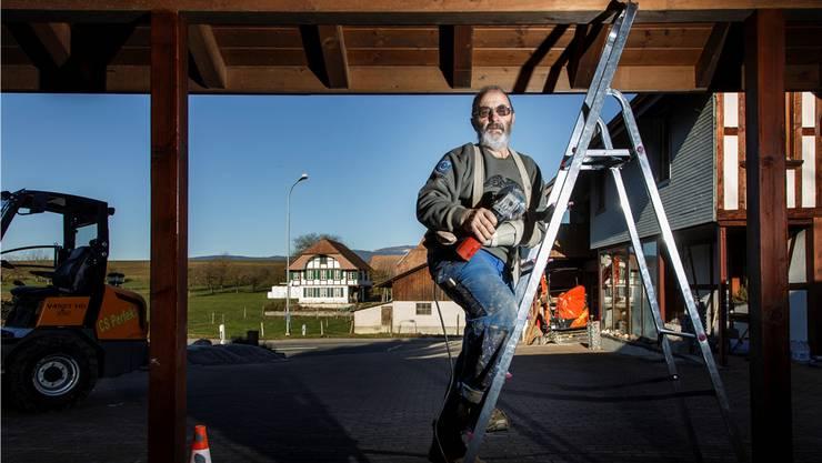 Rund um sein Haus gibt es für Christian Stuber immer etwas zu tun. Leitern erklimmt er trotz Beinprothese und gelähmtem Arm problemlos.