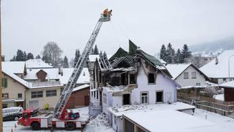 Feuerwehr deckt das abgebrannte Haus ab