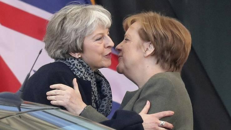 Sucht Beistand in schweren Zeiten: die britische Premierministerin May (links) bei Kanzlerin Merkel in Berlin.